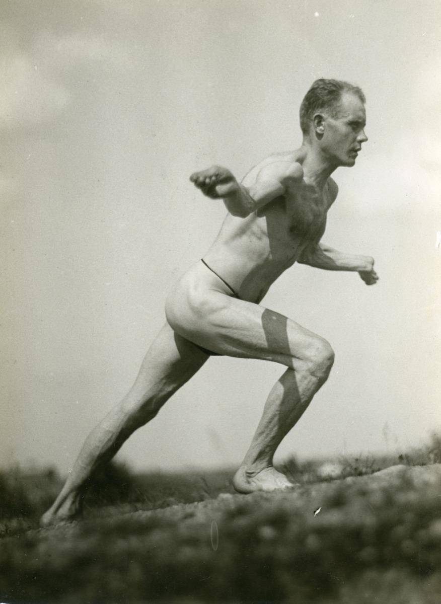 http://paavonurmi.fi/wp-content/fancygallery/1/1/pn_voimistelusarjaa_1924.JPEG